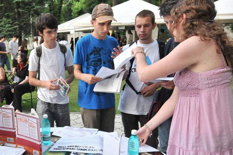 Grup de studenti. (Foto: Lucian Crusoveanu / Public Diplomacy Office)