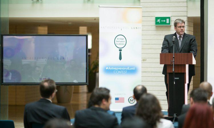 Adjunctul şefului misiunii diplomatice a SUA, Dean Thompson, susţine un discurs la seara Antreprenoriatului.