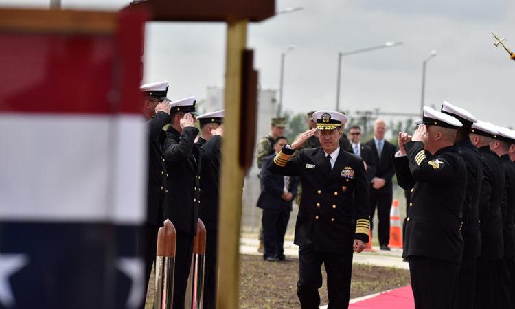 Comandantul Forțelor Navale ale Statelor Unite în Europa şi Africa, Amiralul Mark Ferguson, se pregăteşte să susțină un discurs la inaugurarea Facilității Antirachetă Aegis Ashore de la Baza Militară Deveselu (Lucian Crusoveanu / Public Diplomacy Office)